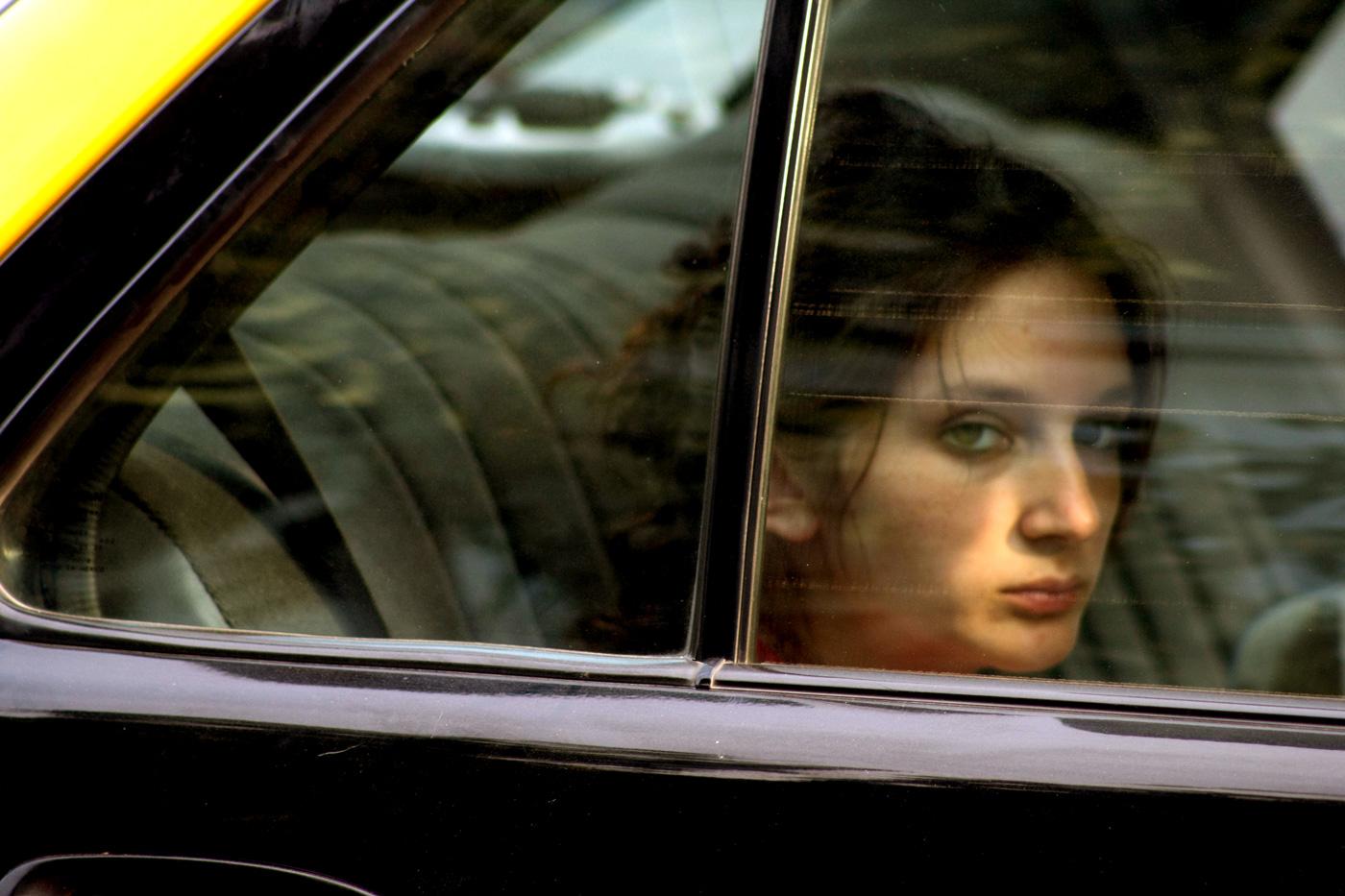 Mujer en taxi. Avenida Bilbao.