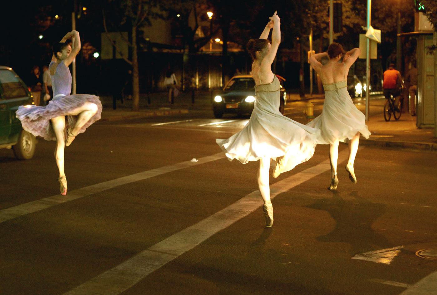 Bailarinas en Avenida Diagonal Paraguay.