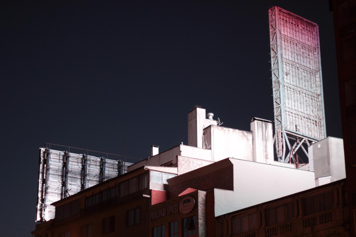 Edificios de la Alameda iluminados por cartel publicitario.